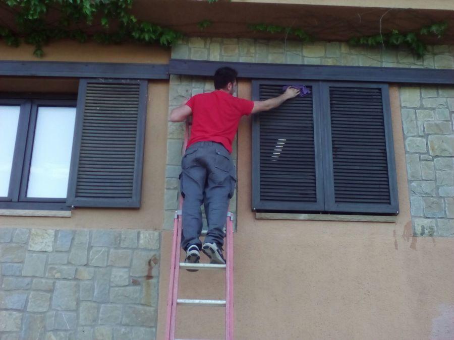 Nuestro operario limpiando unas persianas