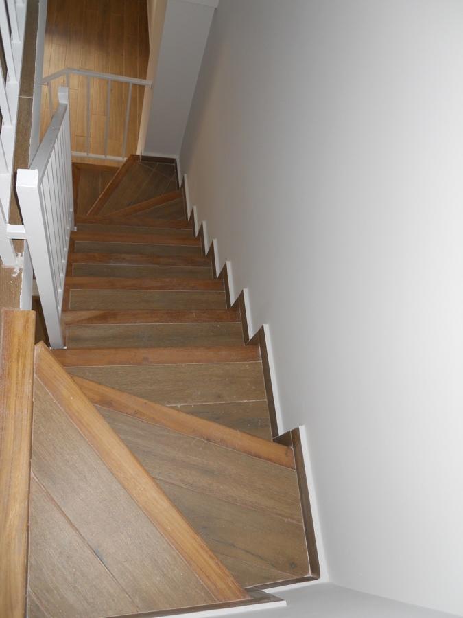 Foto nueva escalera de mamperlanes de madera y for Escaleras de viviendas