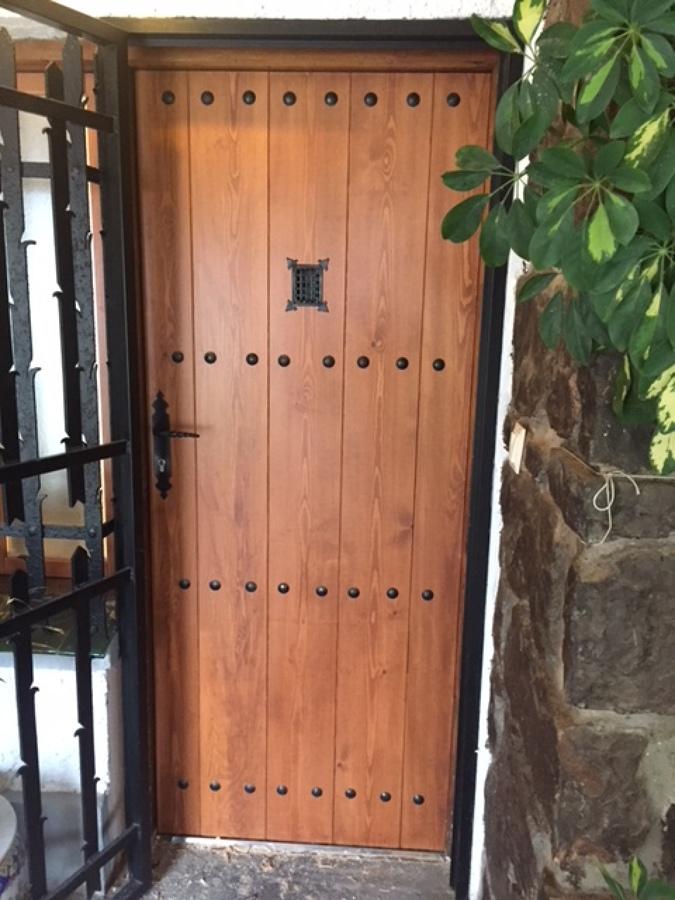 Nueva puerta de entrada con la misma mirilla de la antigüa con valor sentimental