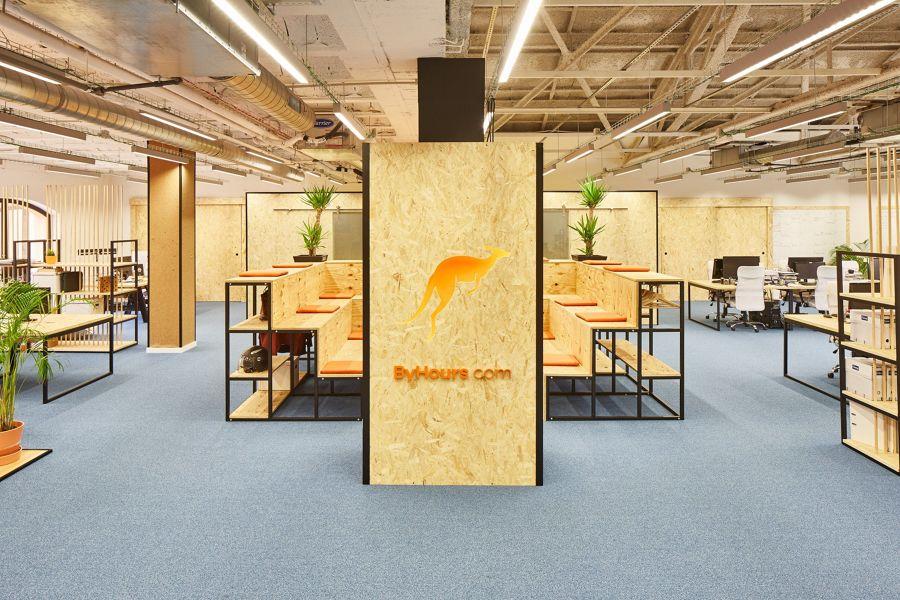 Oficina con mobiliario de estilo contemporáneo