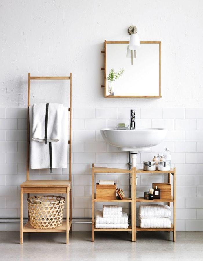 un baño en madera y blanco