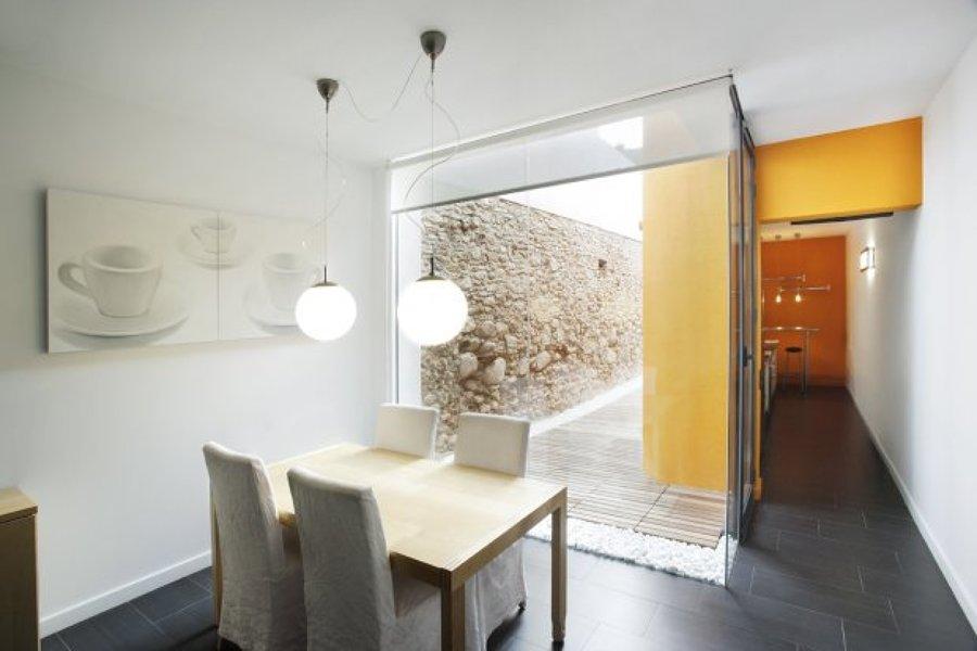 Una casa estrecha y alargada con toques naranjas ideas for Casas estrechas y alargadas
