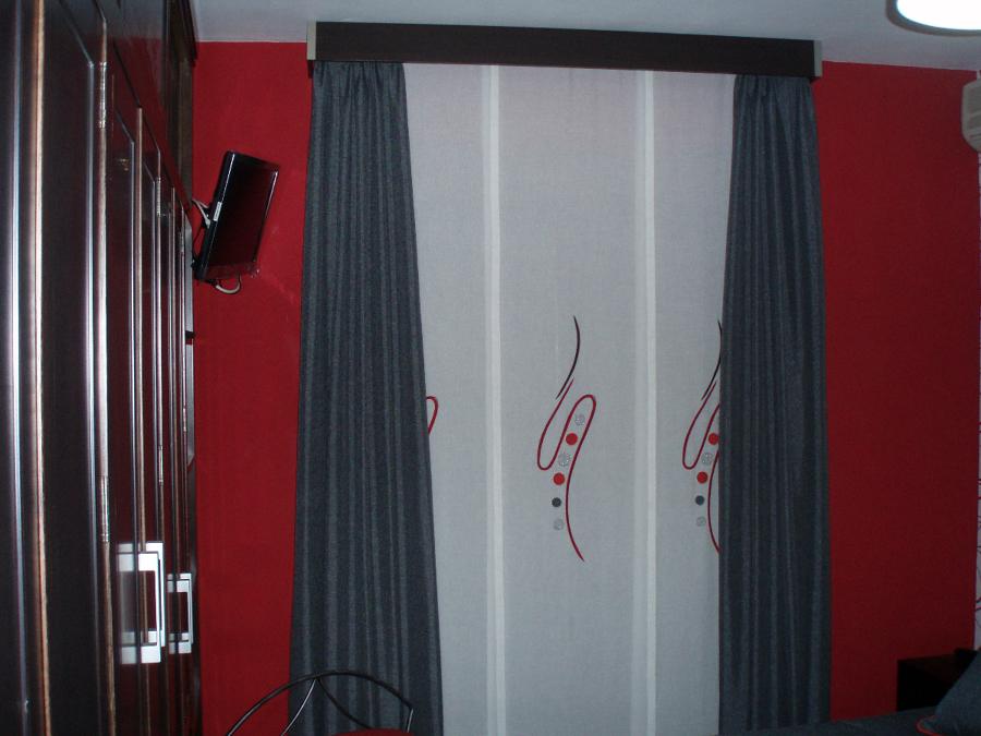 Panel Japonés con cortinas en caída y galería.