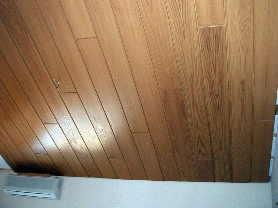 Instalaci n de paneles de madera en techo habitaci n for Ideas para techos de madera
