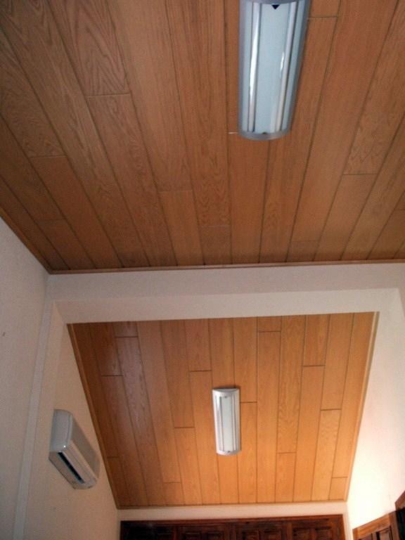 Instalaci n de paneles de madera en techo habitaci n for Carton para techos de madera