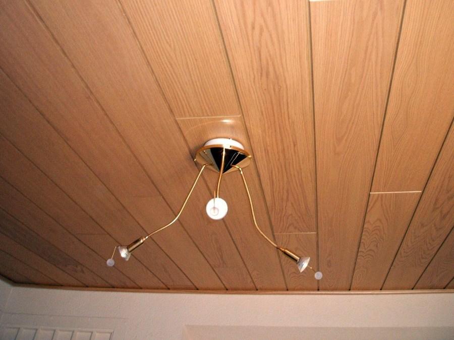 Instalaci n de paneles de madera en techo habitaci n - Paneles de madera decorativos ...