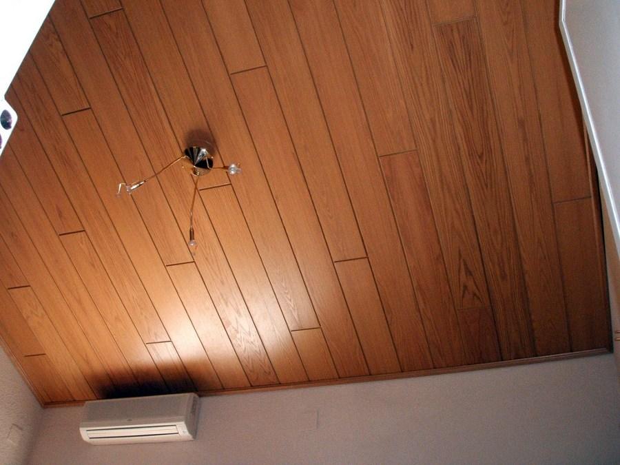 Foto paneles de madera en techo habitaci n de steffen - Techo desmontable madera ...