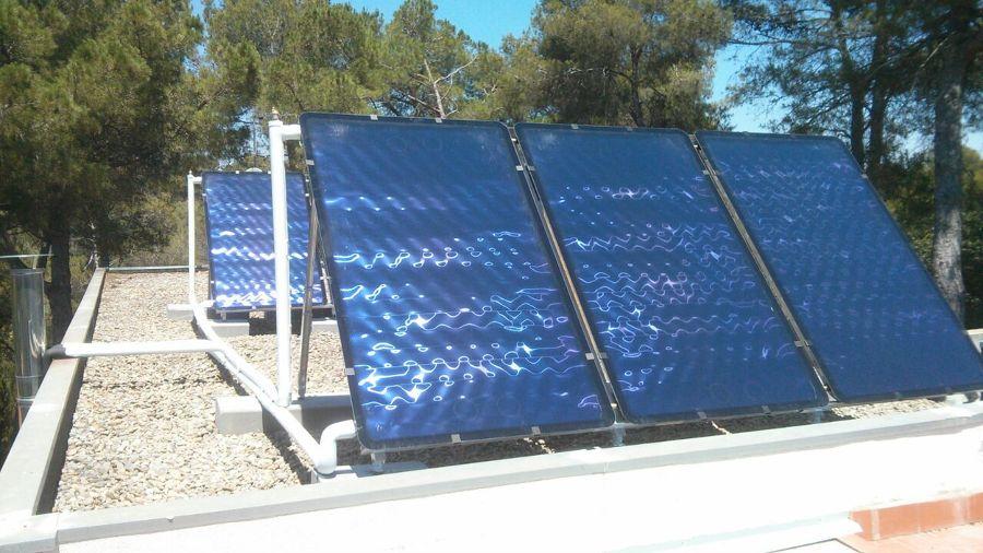 Paneles solares conectados a instalación