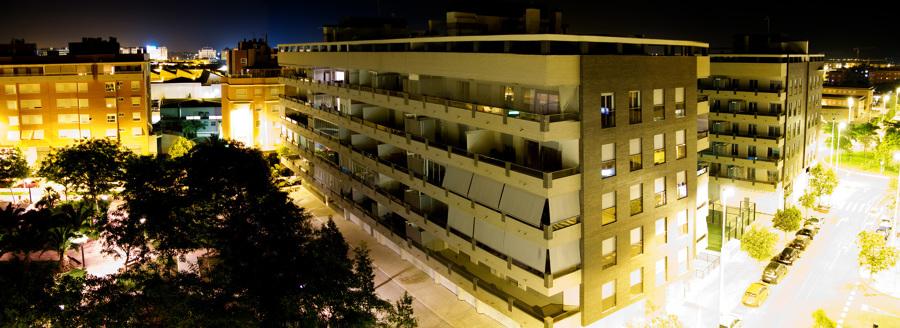 Panorámica nocturna del Edificio Tabaya Mirador 1, en Elche