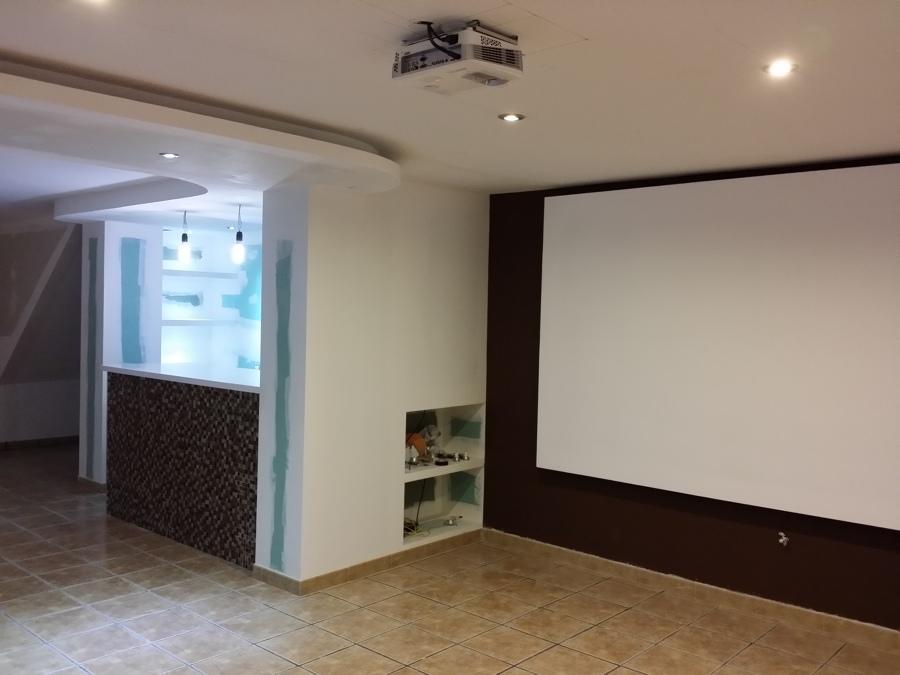pantalla pintada y estantes
