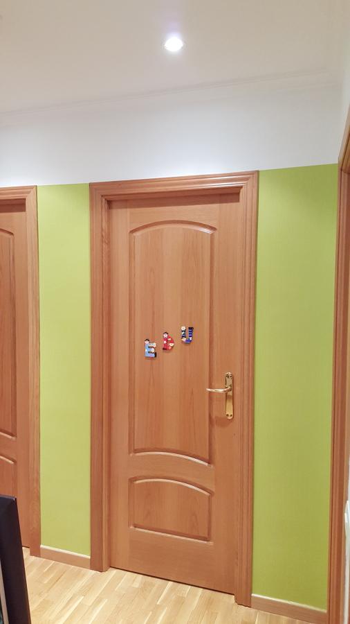 Papel a la altura de las puertas,lo de arriba pintado.