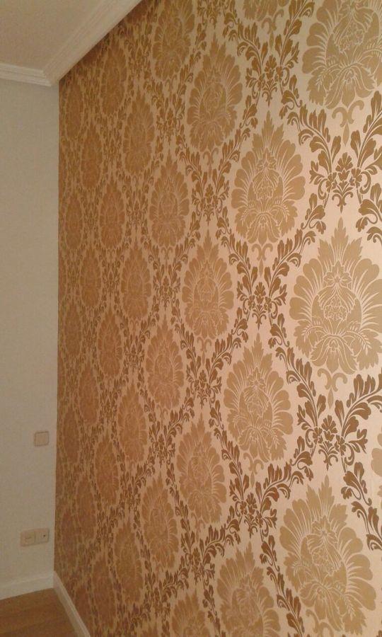 Instalacion de papel pintado en habitacion principal for Papel pintado dorado