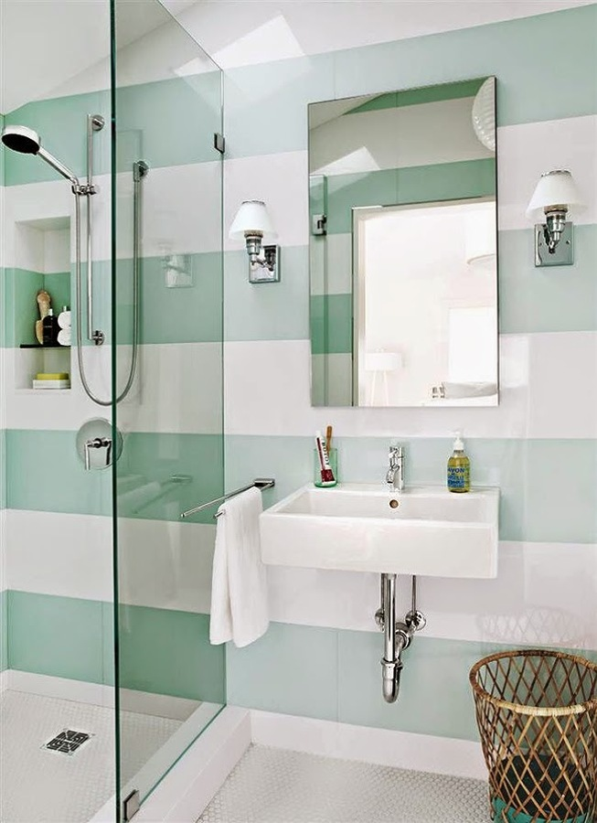 Papel pintado de rayas en un baño