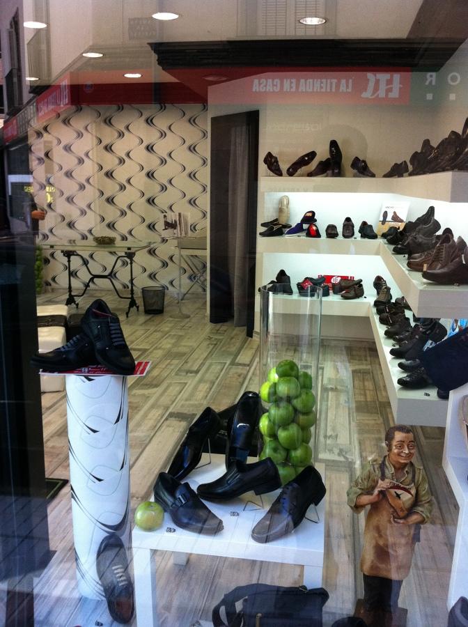Reforma integral de tienda complementos y calzados ideas for Papel pintado suelo