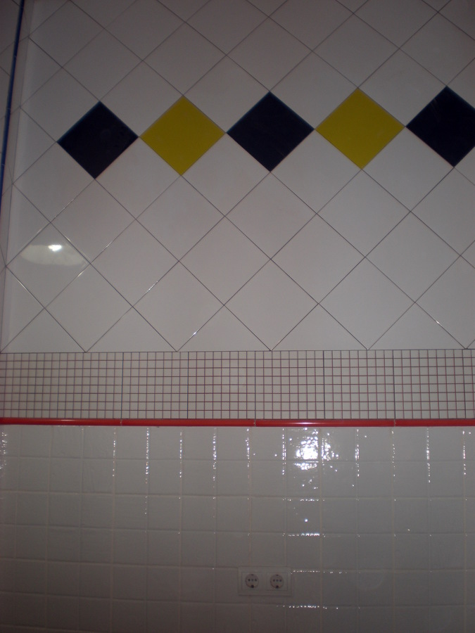 PARED CON AZULEJOS MULTICOLORES
