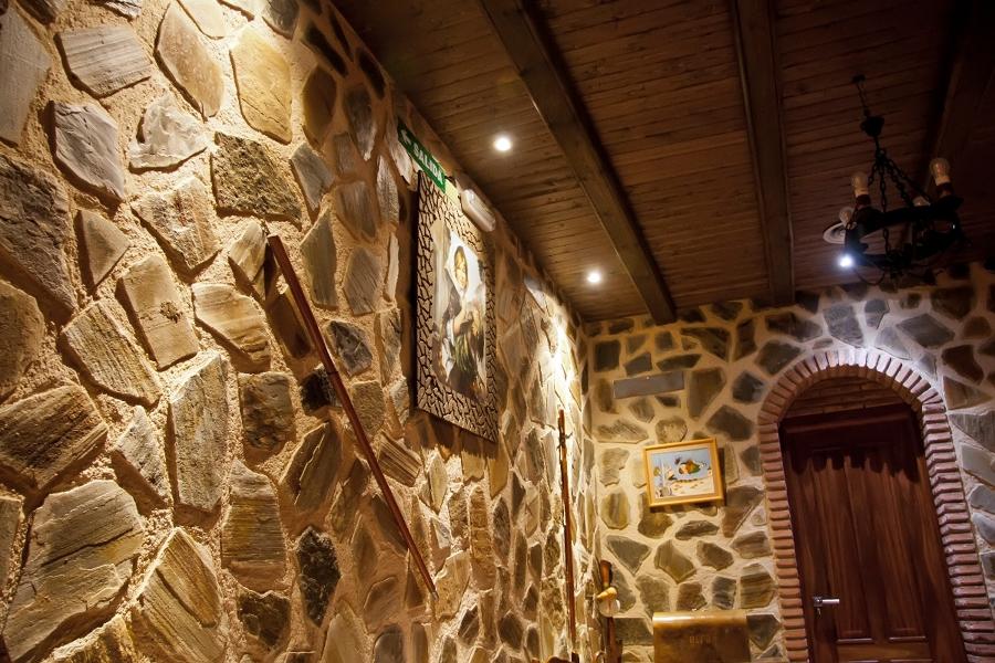 Foto pared de piedra y techo de madera de balmacig - Piedra artificial madrid ...