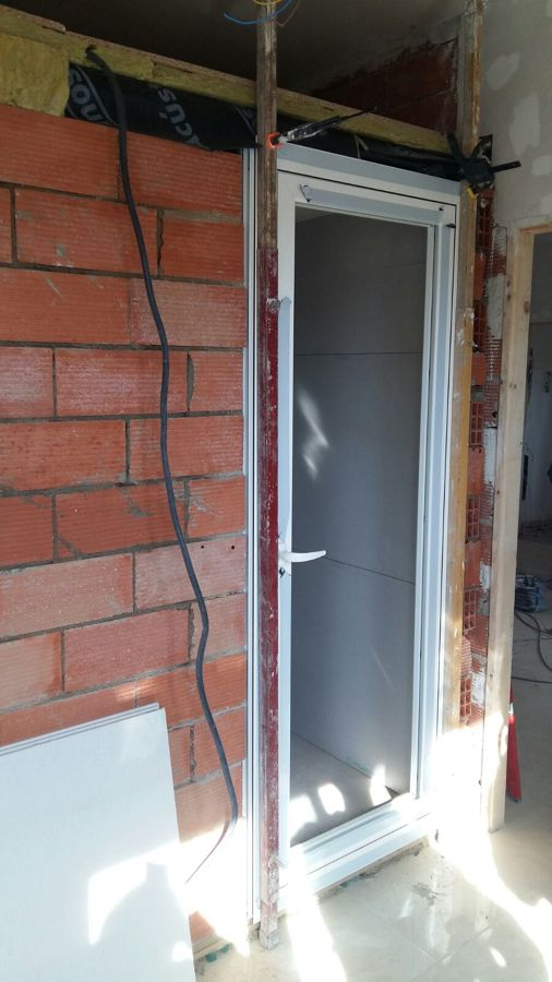 Pared exterior de la habitación insonorizada y colocación de la puerta insonorizada