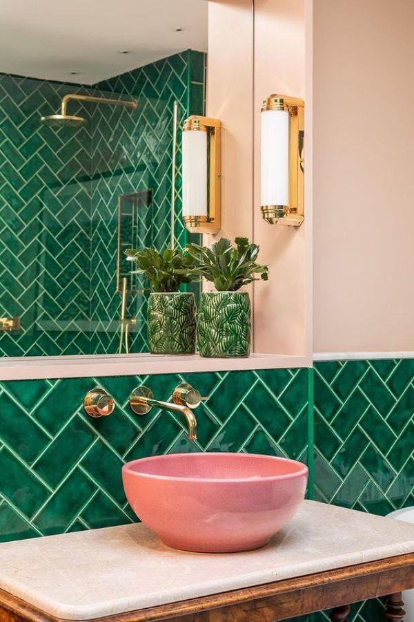 pared verde con azulejos