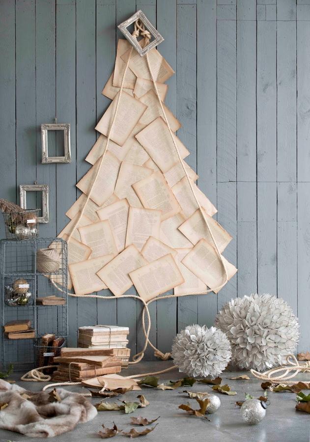 árbol de navidad con hojas de libros
