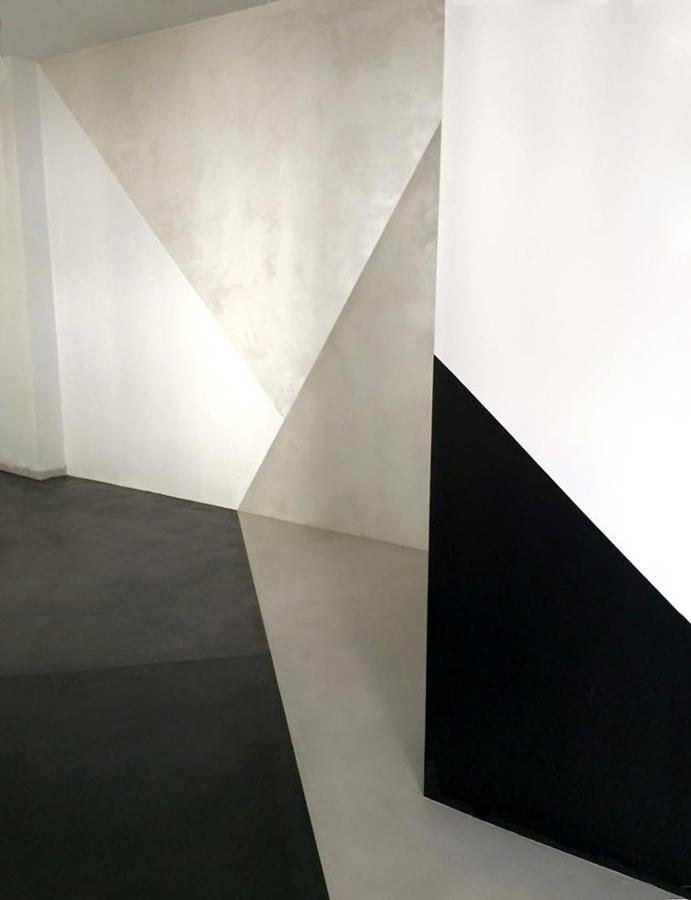 La pared con estuco veneciano, efecto seda y pizarra
