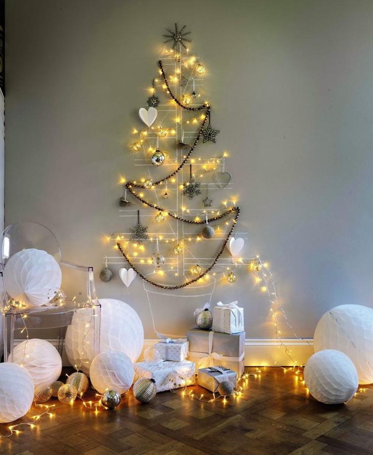 rbol de navidad con guirnaldas en la pared