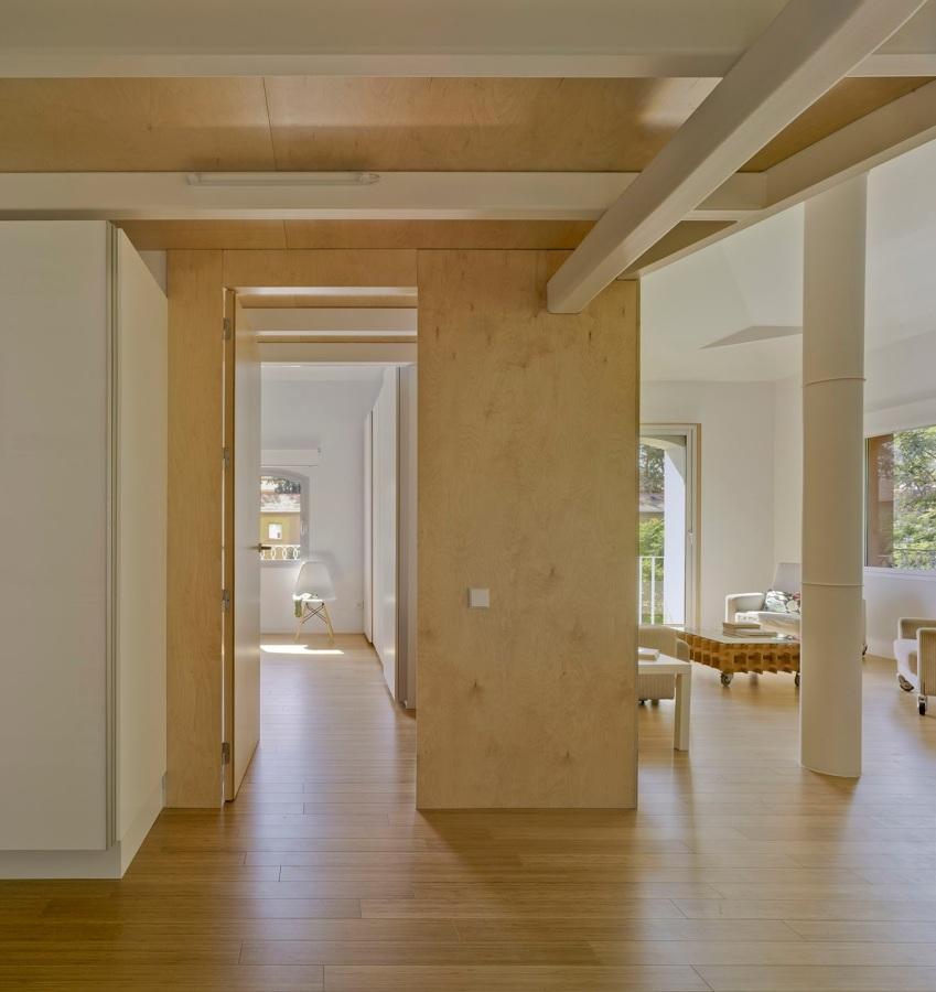 Un apartamento luminoso y rompedor cualquier cambio es for Paredes en madera