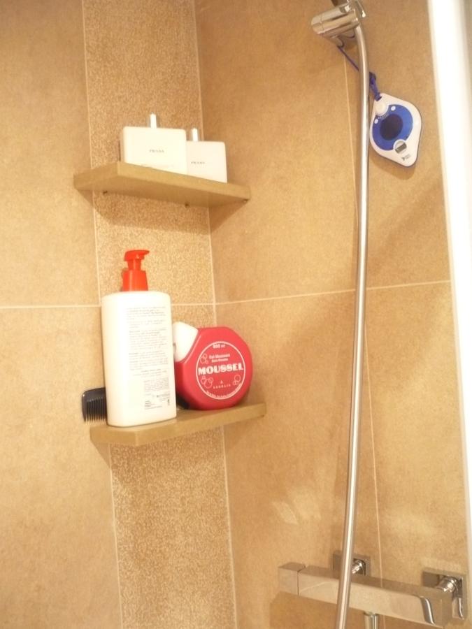Foto paredes y estantes de m rmol en zona ducha de for Marmol para ducha