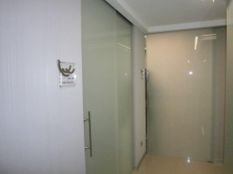Foto paredes y puertas de cl nica en cristal blanco de - Banos con paredes de cristal ...