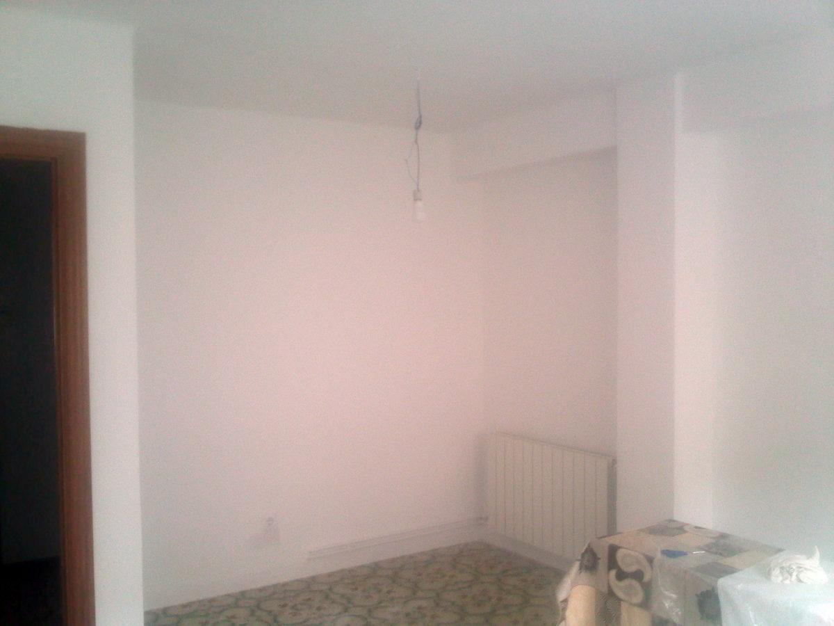 Paredes y techo pintadas en blanco