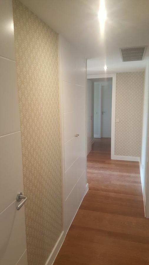 Pasillo a dormitorios empapelado y esmaltado de puertas