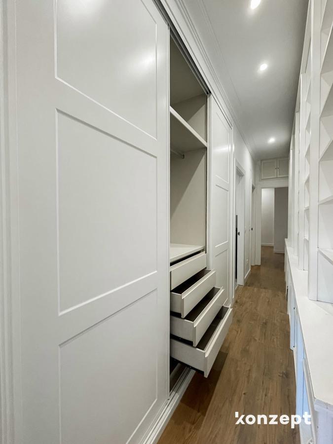 Pasillo armarios lacados