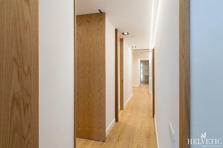 Pasillo con acabados de madera