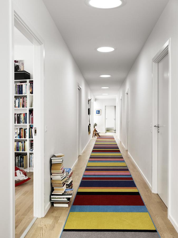 pasillo con alfombra de color