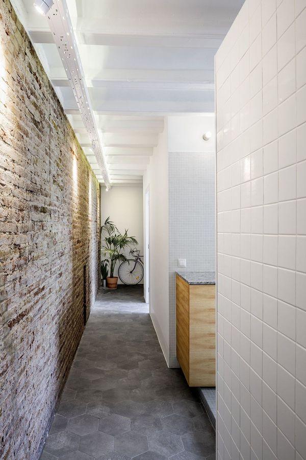 pasillo con azulejo en el suelo y paredes