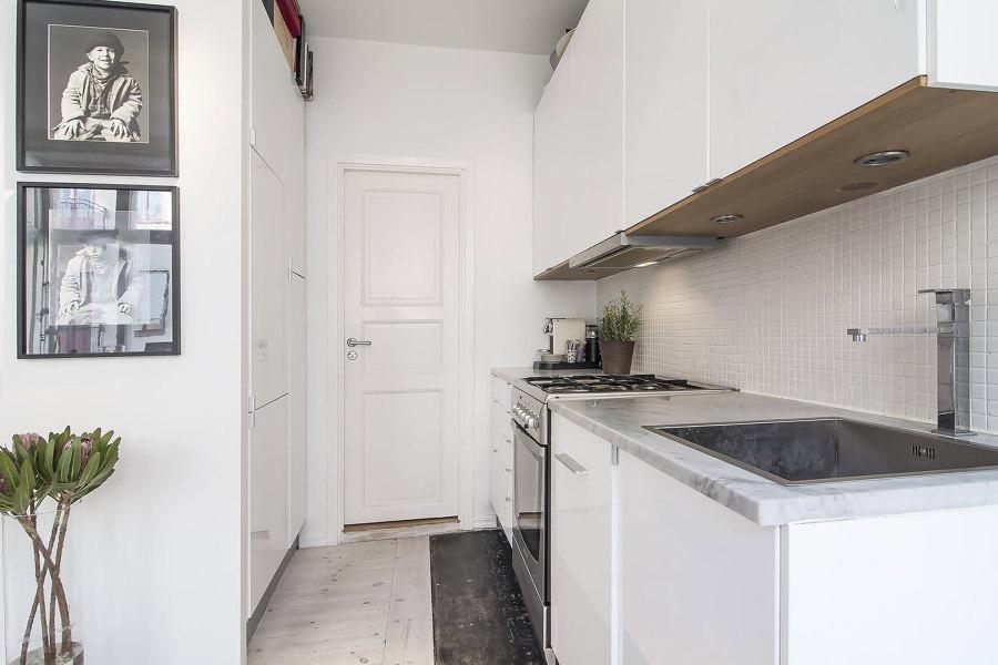 pasillo con cocina blanca