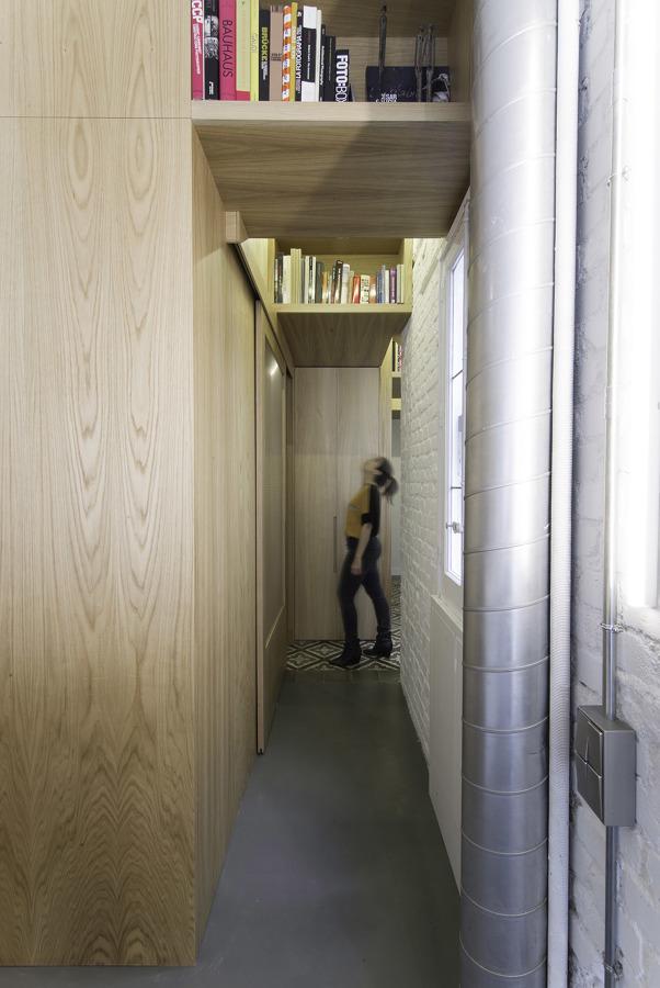 pasillo con estantería