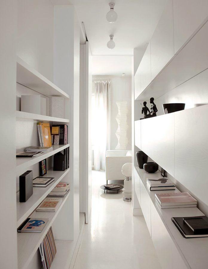 pasillo con estantes y armarios