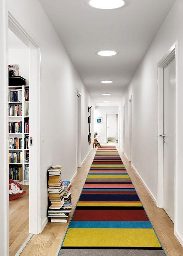 Pasillo con gran alfombra de color