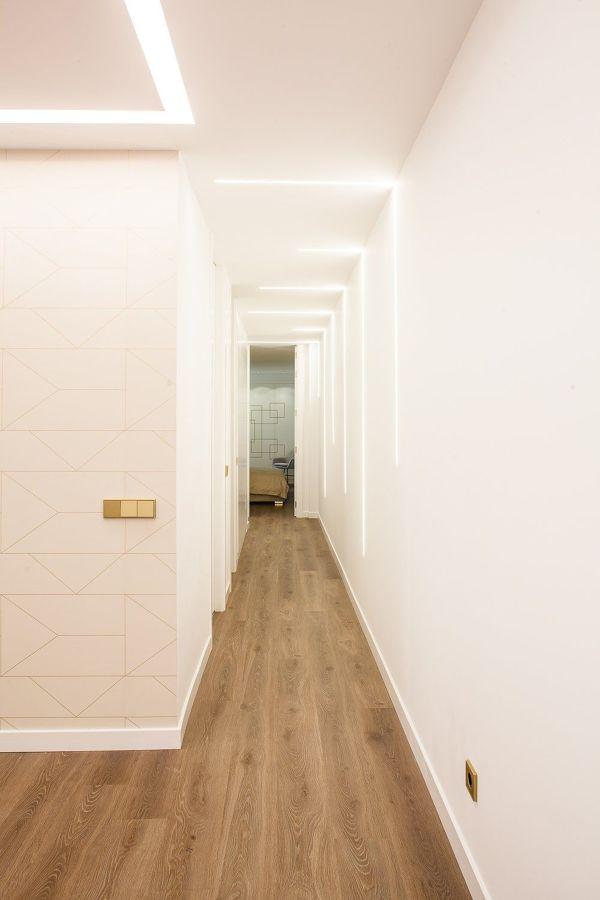pasillo con iluminación led decorativa
