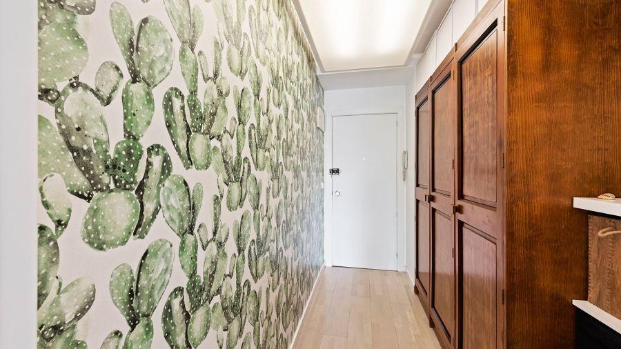 Pasillo con papel pintado en pared