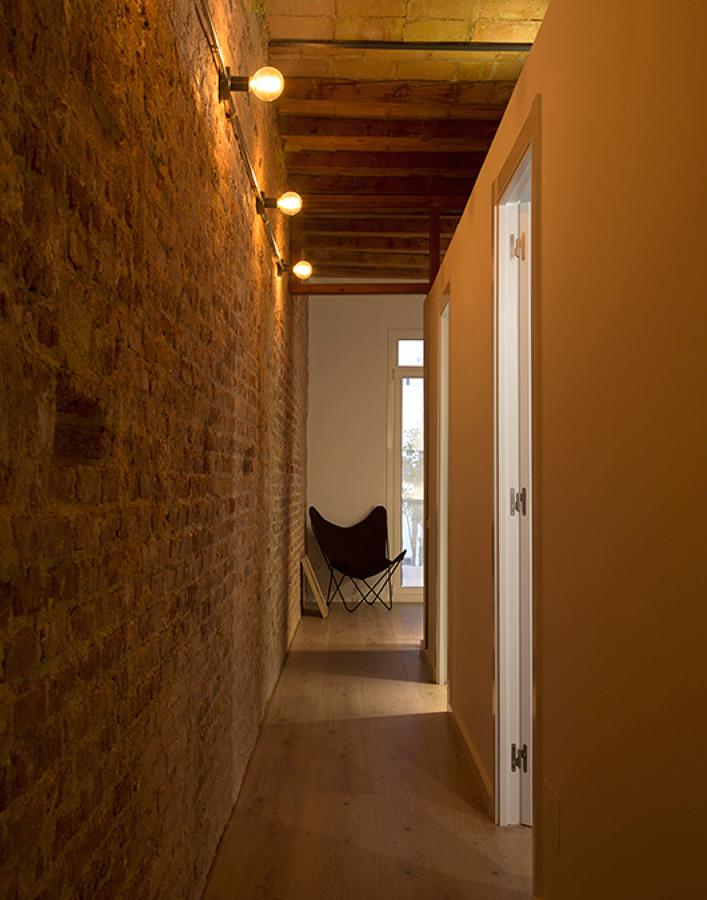 pasillo con pared de ladrillo visto