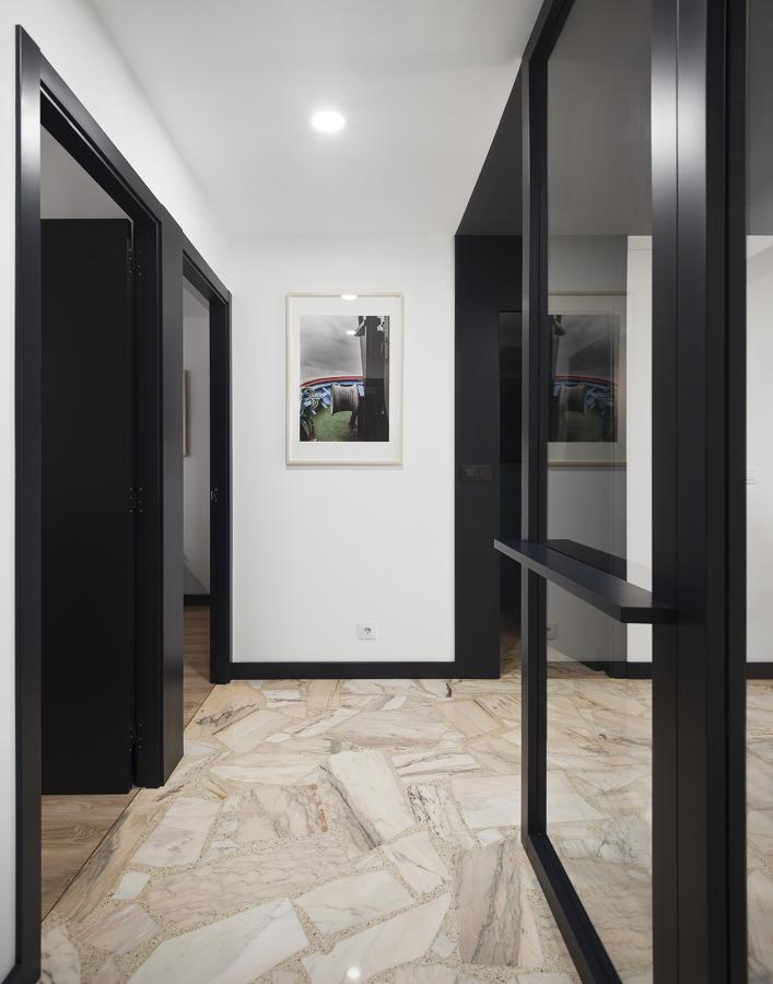 Pasillo con puertas negras