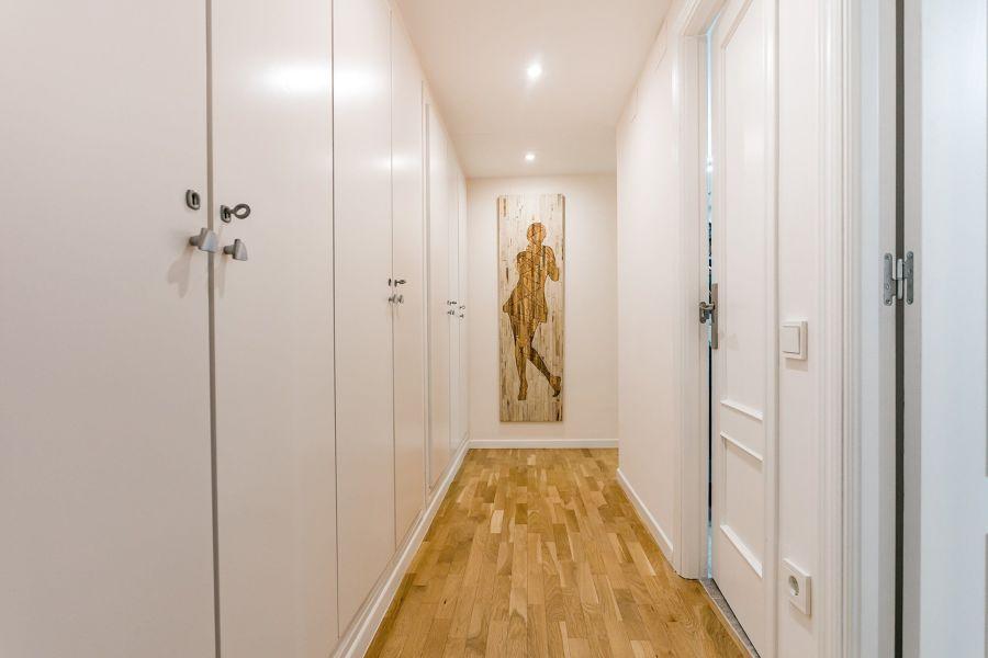 Pasillo con puertas y carpintería lacada en blanco
