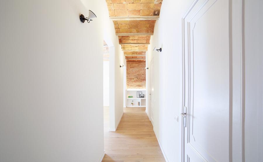 pasillo con techos de cerámica