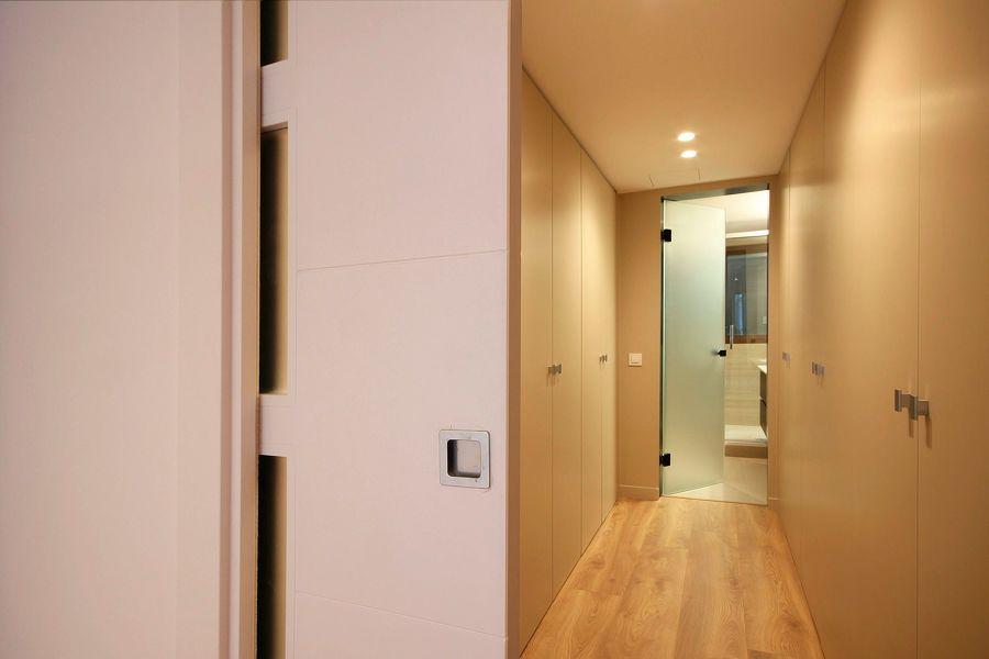 Pasillo de acceso al baño con vestidor integrado
