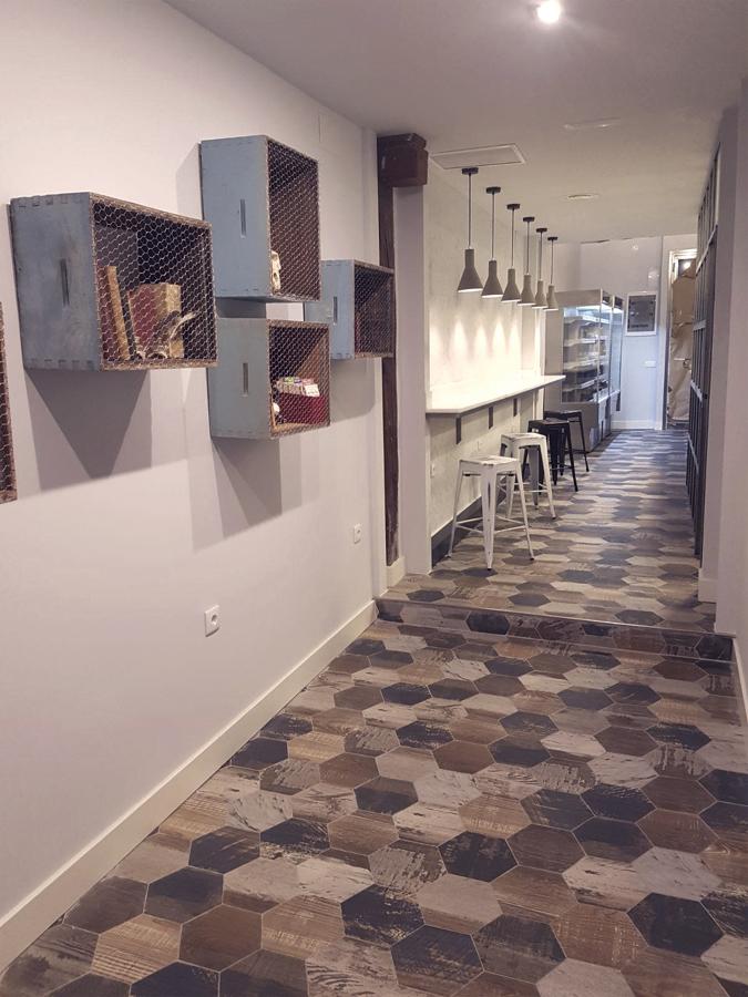 Pasillo con barra de pared e iluminación específica