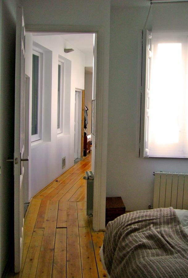 Paso desde los dormitorios al área publica