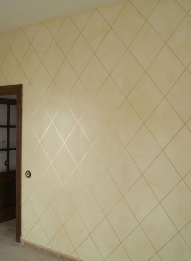 Pátina al óleo sobre la pared con lineas dordas.