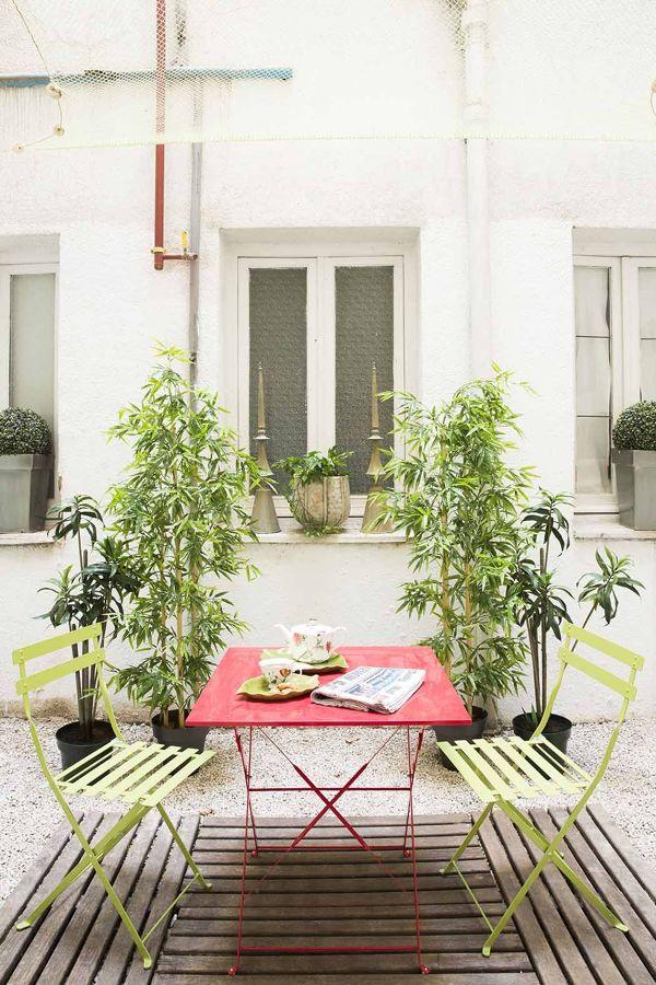 Patio con sillas y mesa de colores