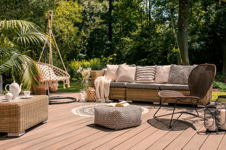 patio con suelo de madera